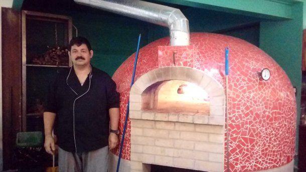 <p>José Luis y el horno en el que trabaja a diario </p>