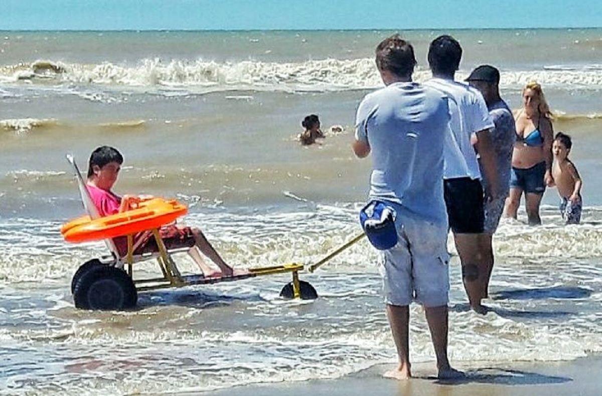 Solidaridad en la cárcel: crean sillas anfibias para que personas con discapacidad disfruten el mar