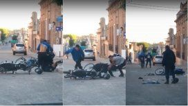Pelea mano a mano entre policías y motoqueros
