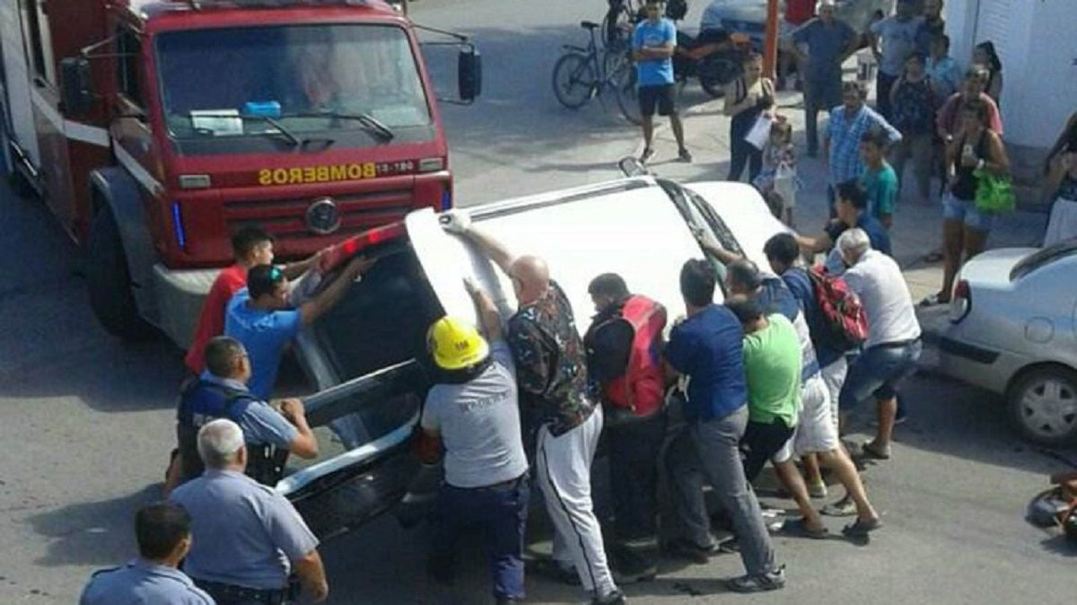 Rescate tras un choque en Cipoletti - Crédito:lmneuquen.com