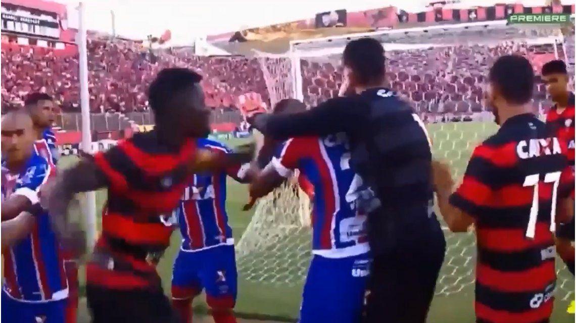 Batalla campal en Brasil: hizo un gol, se le fue la mano con el festejo y casi lo linchan