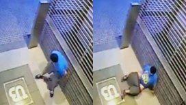 Defecó en la puerta de un edificio, se resbaló y cayó sobre su materia fecal