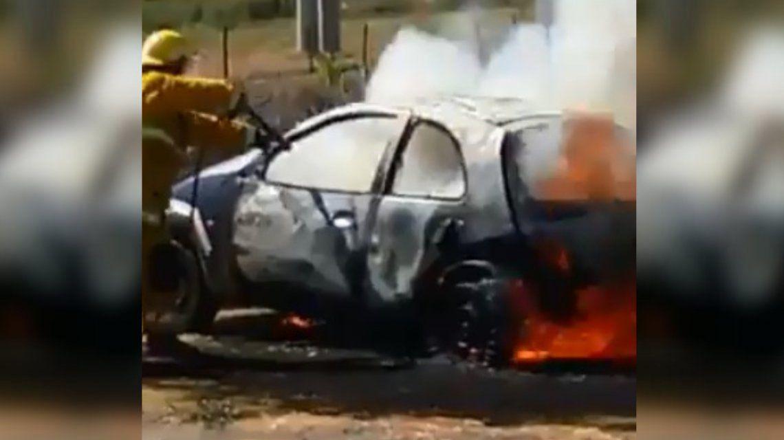 VIDEO: Quemó su auto para que no se lo llevara la grúa