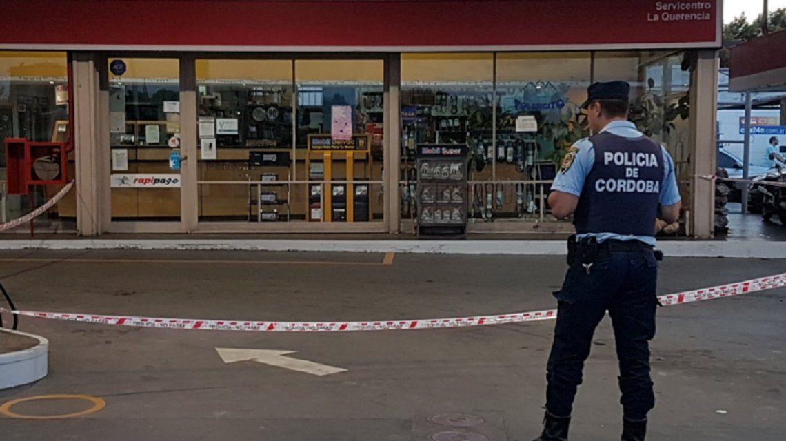 VIDEO: Seis motochorros balearon a un policía en un estación de servicio en Córdoba