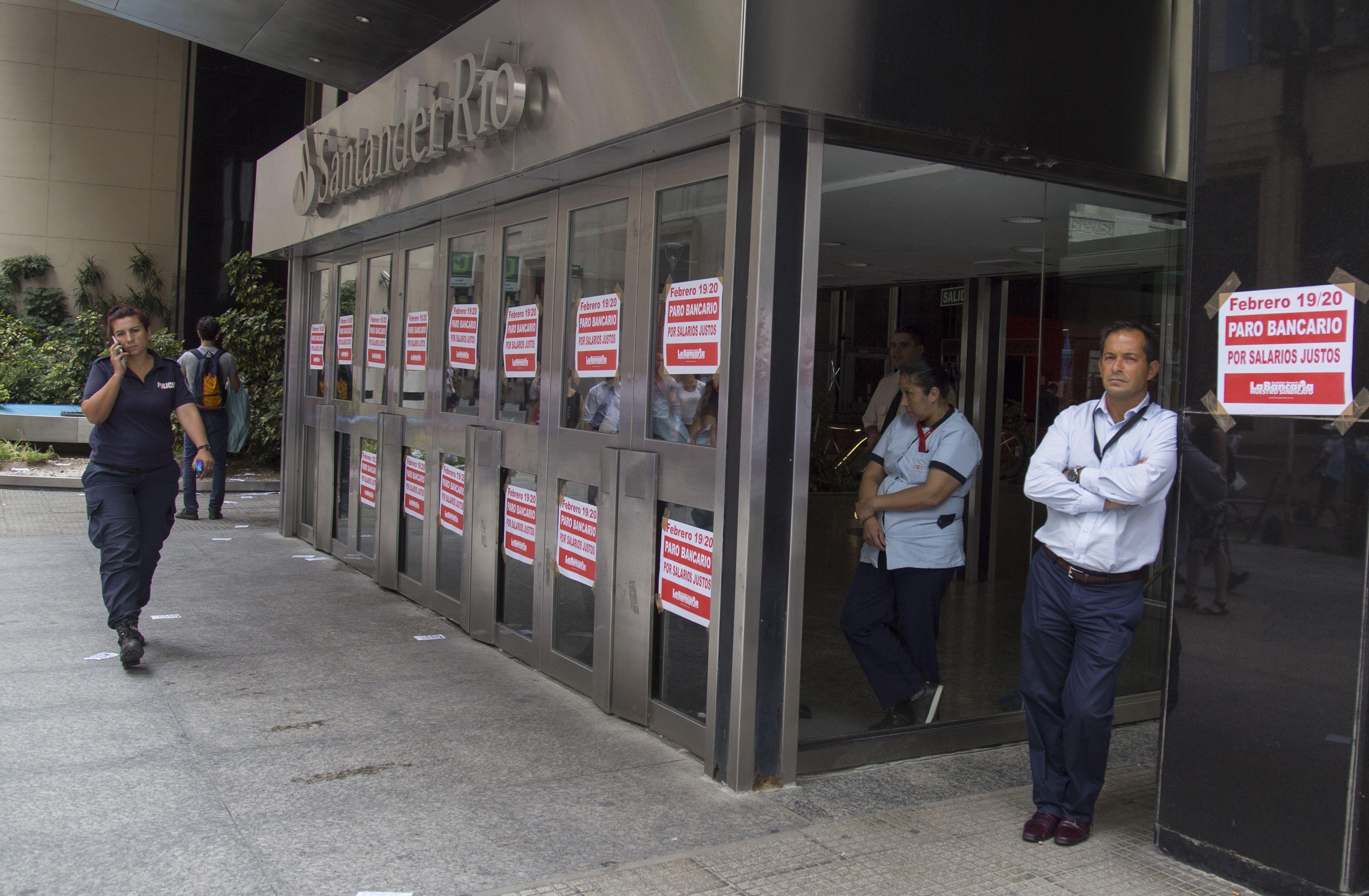 Los bancos amanecieron empapelados con información sobre el paro