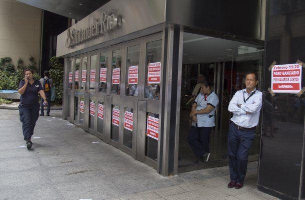 Los bancos amanecieron empapelados con información sobre el paro<br>