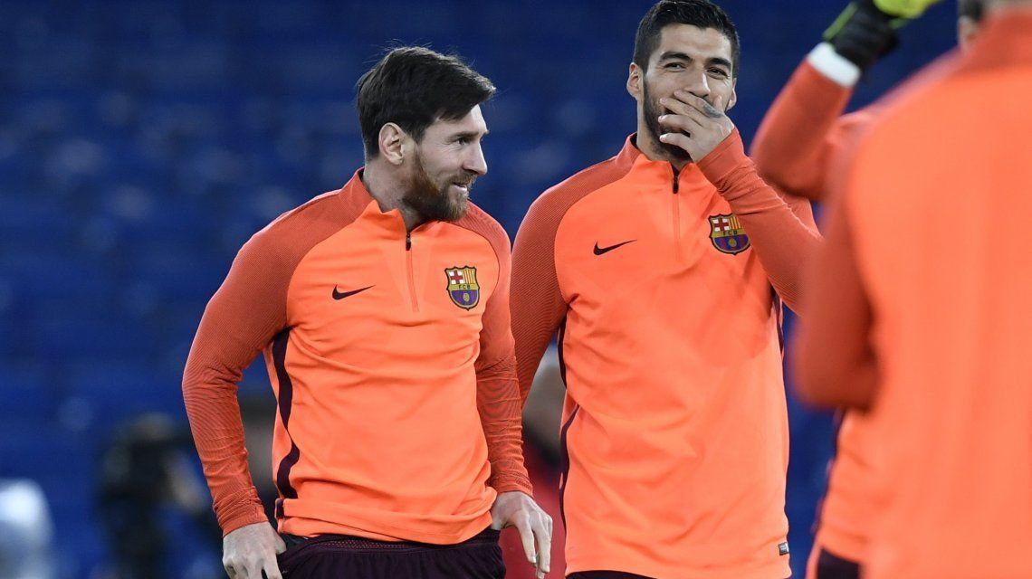Messi y Suárez bromean durante su reconocimiento a Stamford Bridge