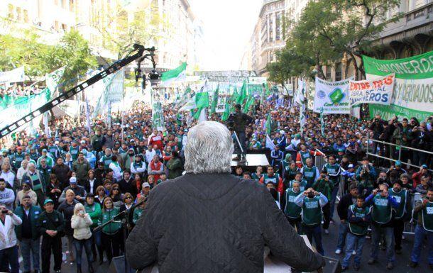 Hugo Moyano encabeza una marcha como en 2013<br>