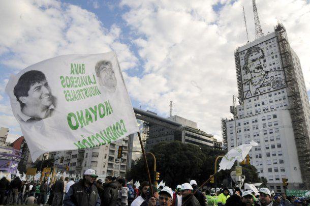 Camioneros apoyando a Moyano en las puertas del ministerio de Desarrollo Social<br>