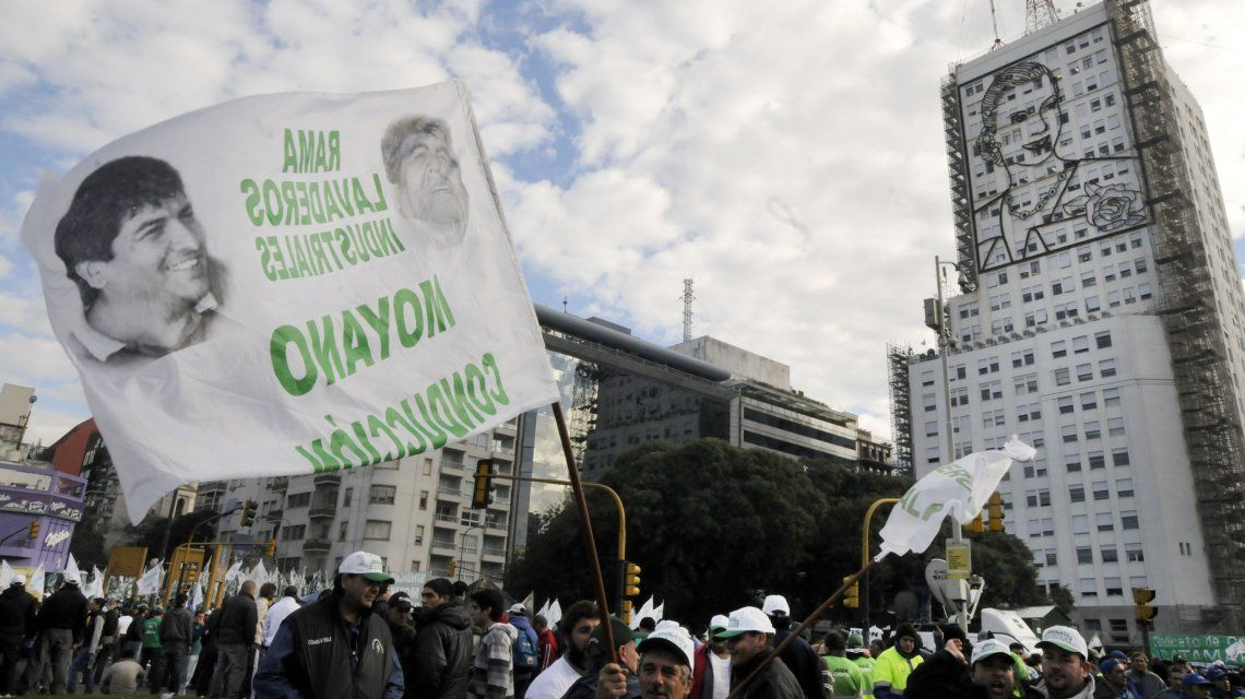 Camioneros apoyando a Moyano en las puertas del ministerio de Desarrollo Social