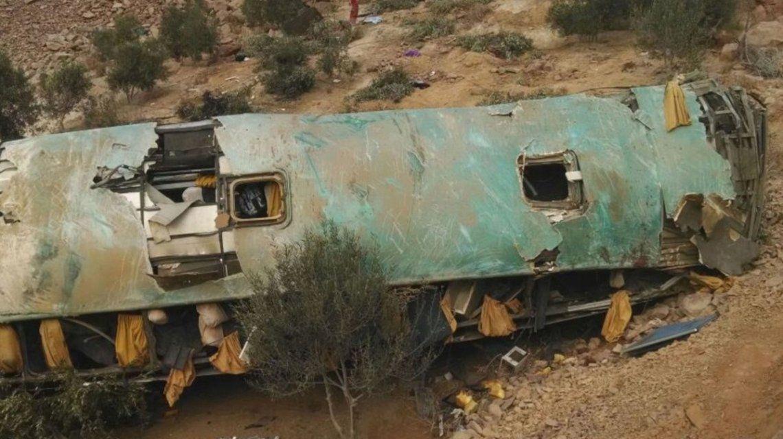 Perú: un micro cayó por un precipicio y al menos 35 personas murieron