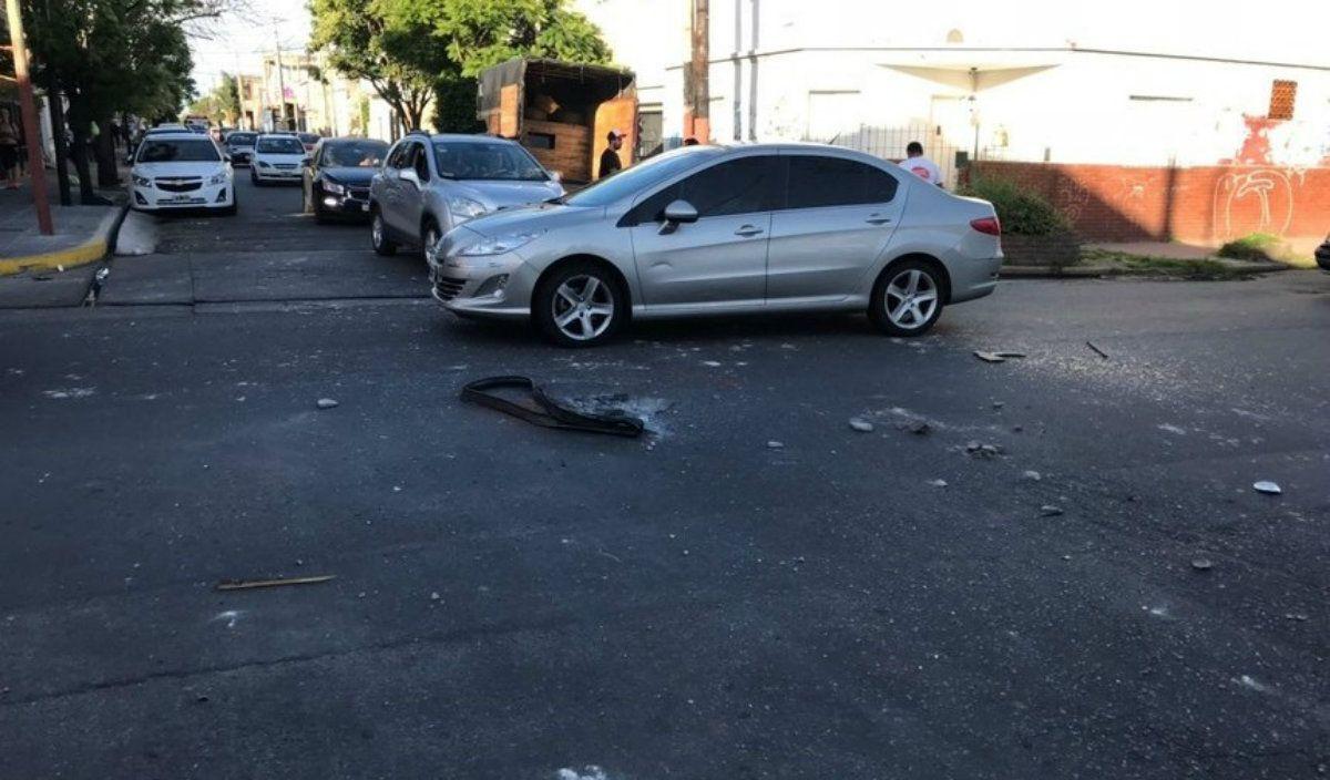 Los cascotes quedaron en medio de la calle tras el paso del micro de Sporting Cristal