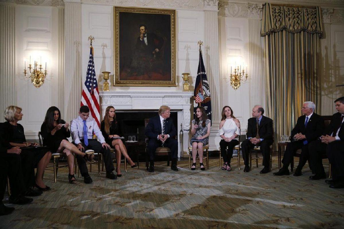 Donald Trump junto a víctimas de masacres escolares