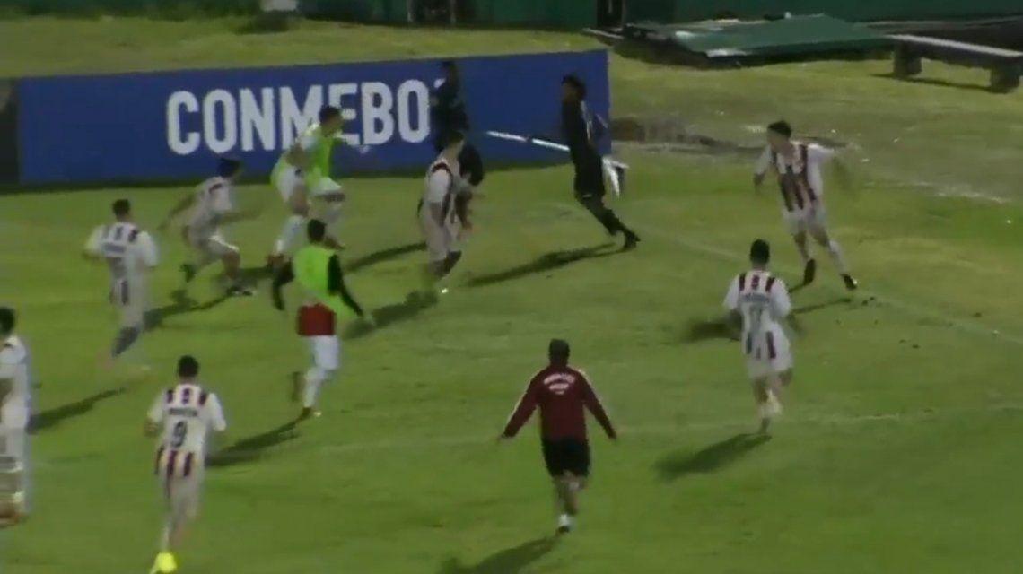 Un jugador de Independiente del Valle se defendió con el banderín de córner en la Copa Libertadores Sub-20