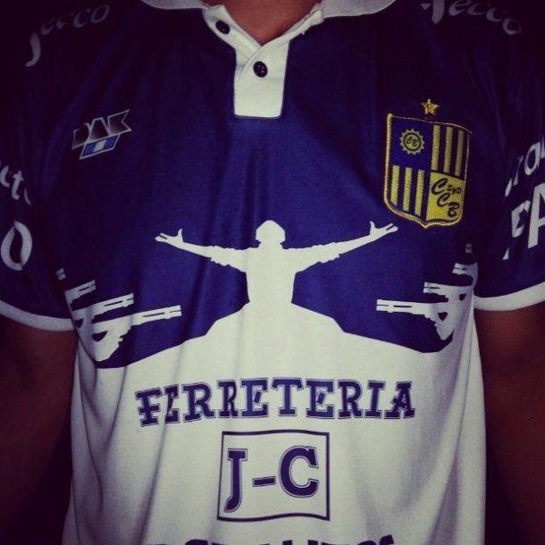 Esta es la camiseta con la que el club hizo un homenaje a la Masacre de José León Suárez