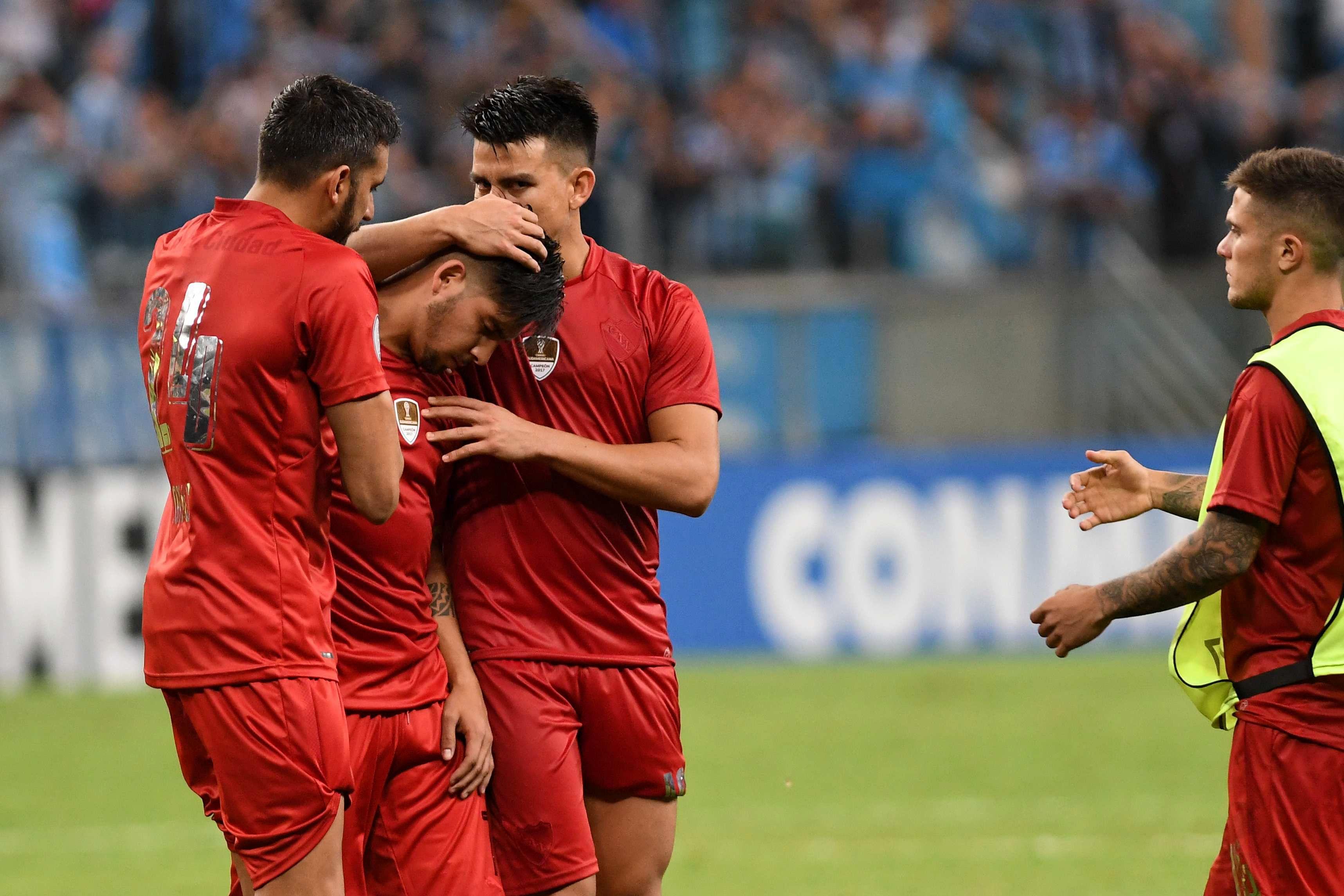Gaibor y Jonás Gutiérrez consuelan al delantero
