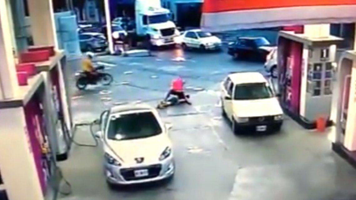 VIDEO: Noqueó a un motochorro que le quiso robar y lo desfiguró en el piso