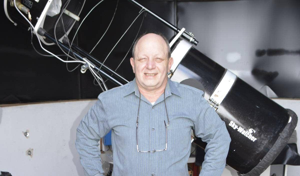 Buso frente al telescopio con el que pudo registrar la explosión que originó una supernova