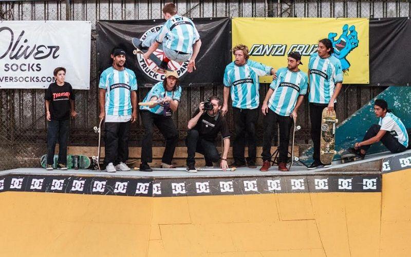 Vuela Funkhouser por encima de la muleta del lesionado Smith y sus compañeros admiran el truco del más joven (Kevin Patricio Enis)