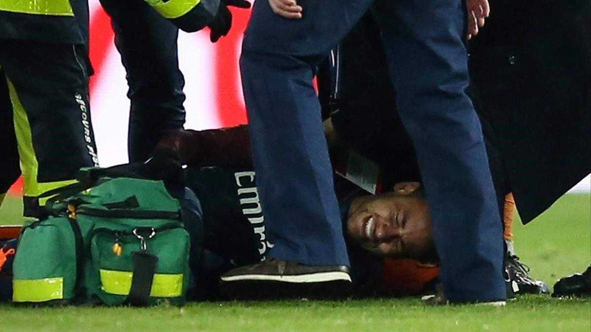 El gesto de dolor de Neymar preocupa al PSG y a Brasil