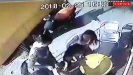 VIDEO: Tomaba un helado en Floresta y fue atacada por un pitbull sin correa