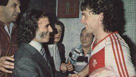 El riojano saluda a Oscar Ruggeri, referente del Millonario en aquella época