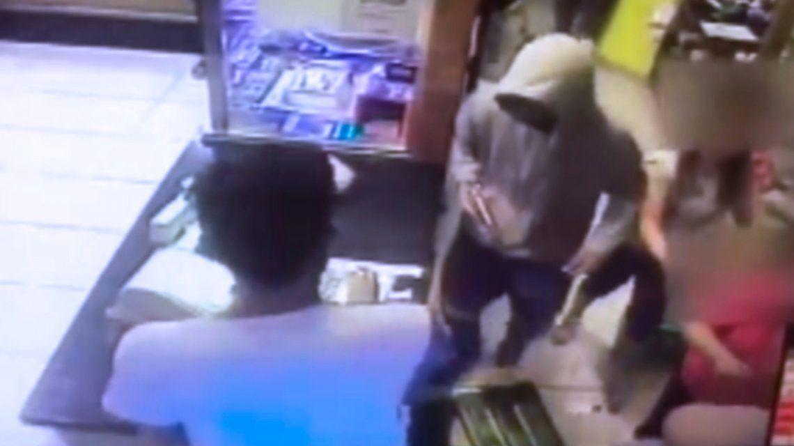 VIDEO: Robaron una panadería y se llevaron la caja registradora