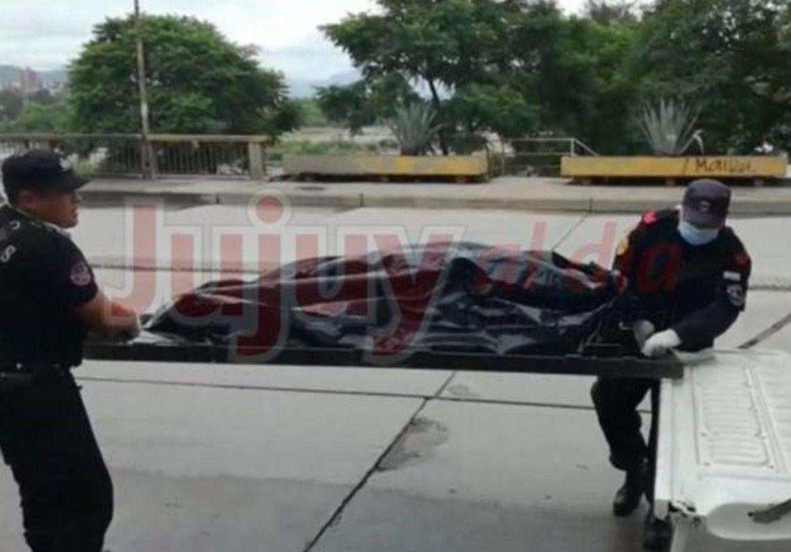 Personal bomberos trasladan el cuerpo de zerda a la morgue judicial.