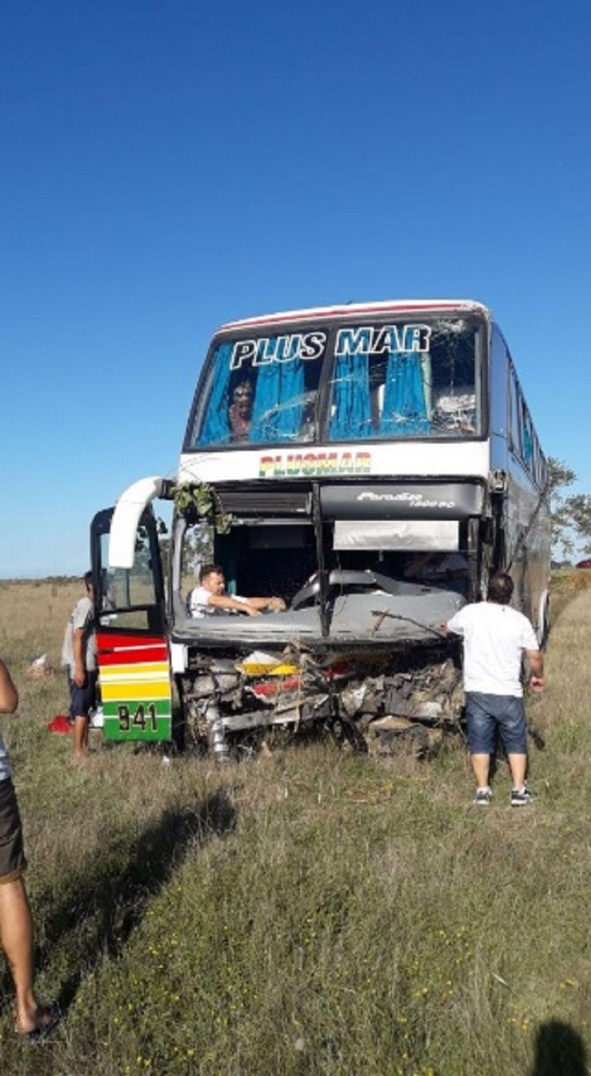 Chocaron un micro y un auto en Ruta 11 - Crédito:@Taxivista