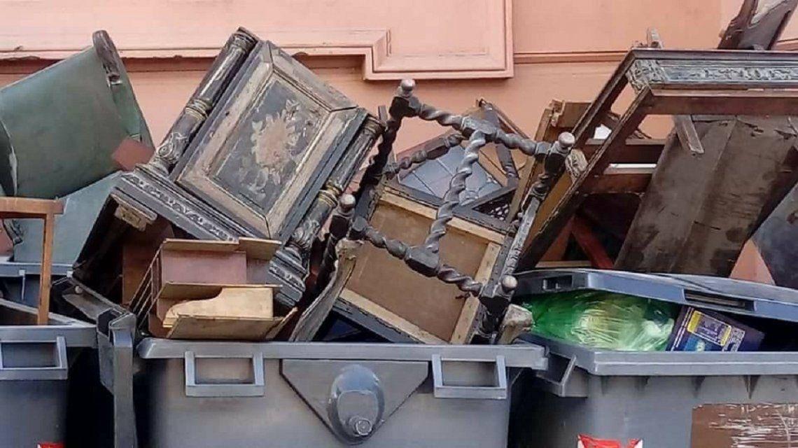 Muebles destrozados y desechados en la Casa Rosada