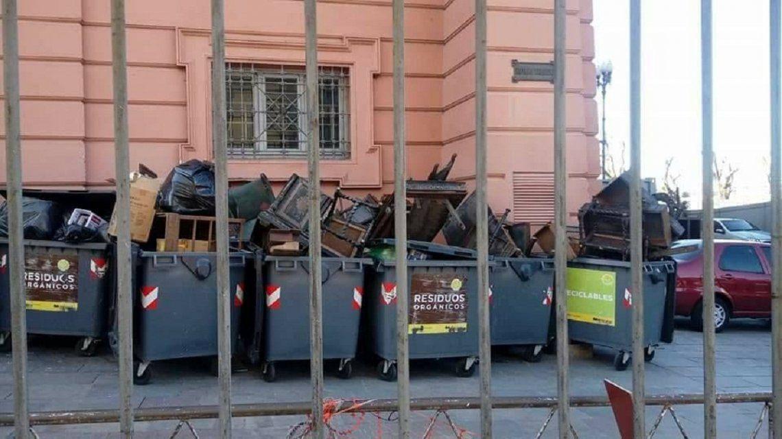 En esos contenedores estaban los muebles destrozados