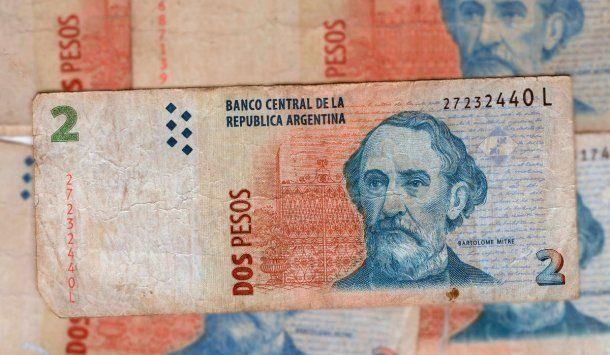 Los bancos deberán aceptar los billetes de 2 pesos hasta fin de mayo<br>