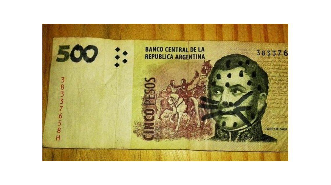 El hombre quiso hacer pasar su billete por uno de 500 pesos