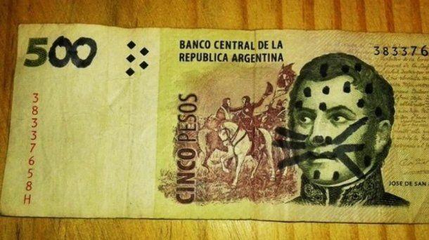 El hombre quiso hacer pasar su billete por uno de 500 pesos<br>