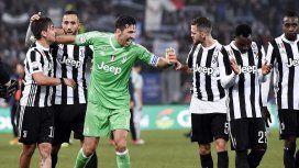 Buffon abrazó a Dybala tras su gol para Juventus - Crédito:@juventusfces