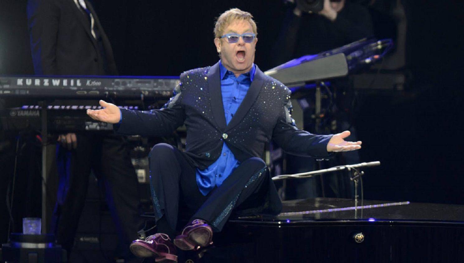 VIDEO: Elton John explotó y dejó el escenario por culpa de un fan toquetón