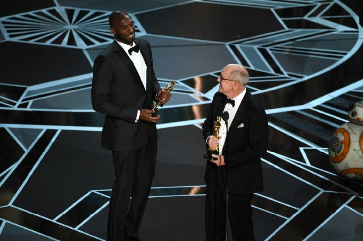 Kobe Bryant recibiendo el Oscar