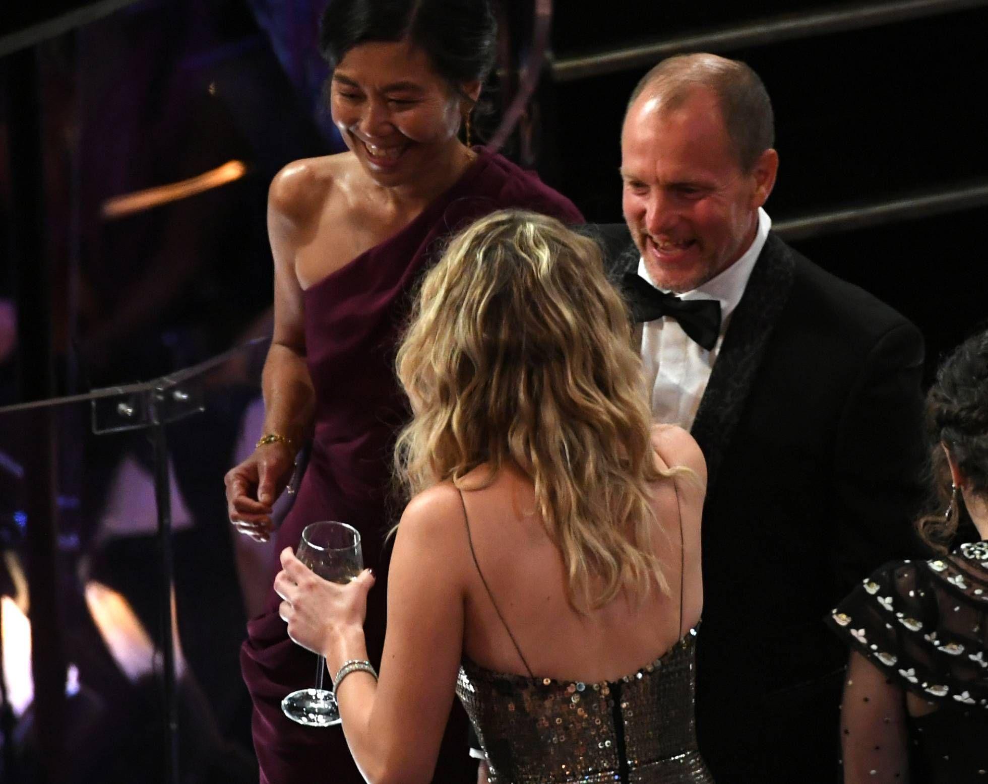 Las fotos virales de los Oscar: Jennifer Lawrence con la copa de vino pisando las butacas del Dolby Theatre