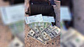 Encontró una montaña de dólares, pesos y cheques, buscó al dueño por Facebook y devolvió todo