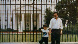Pablo Emilio Escobar Gaviria posó con su hijo frente a la Casa Blanca