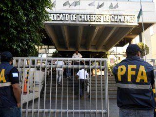 Allanamiento de la Policía Federal en la sede de Camioneros.