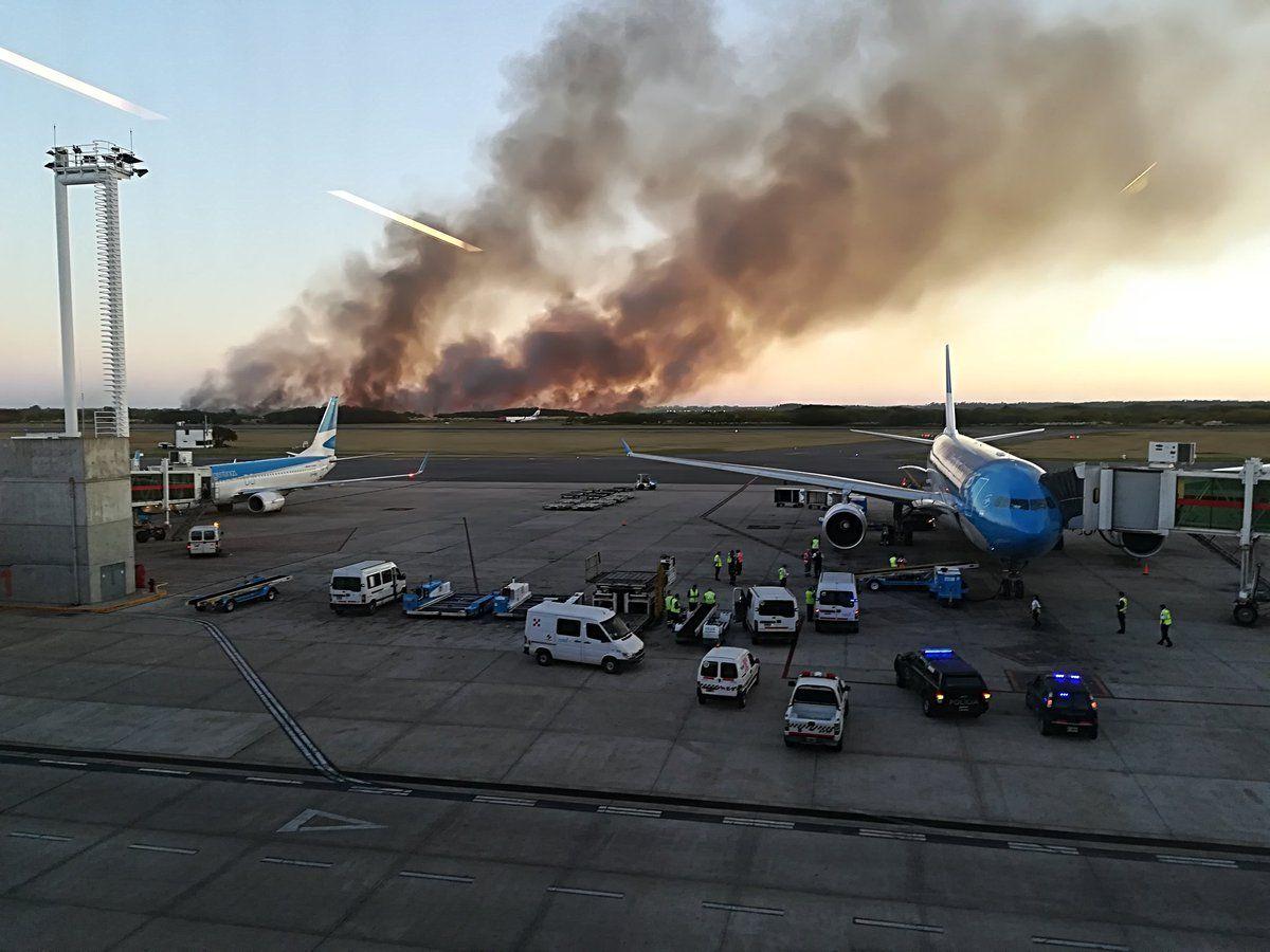 Desde la pista de Ezeiza se veían grandes columnas de humo