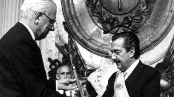 Reynaldo Bignone entregando el mando al radical Raúl Alfonsín