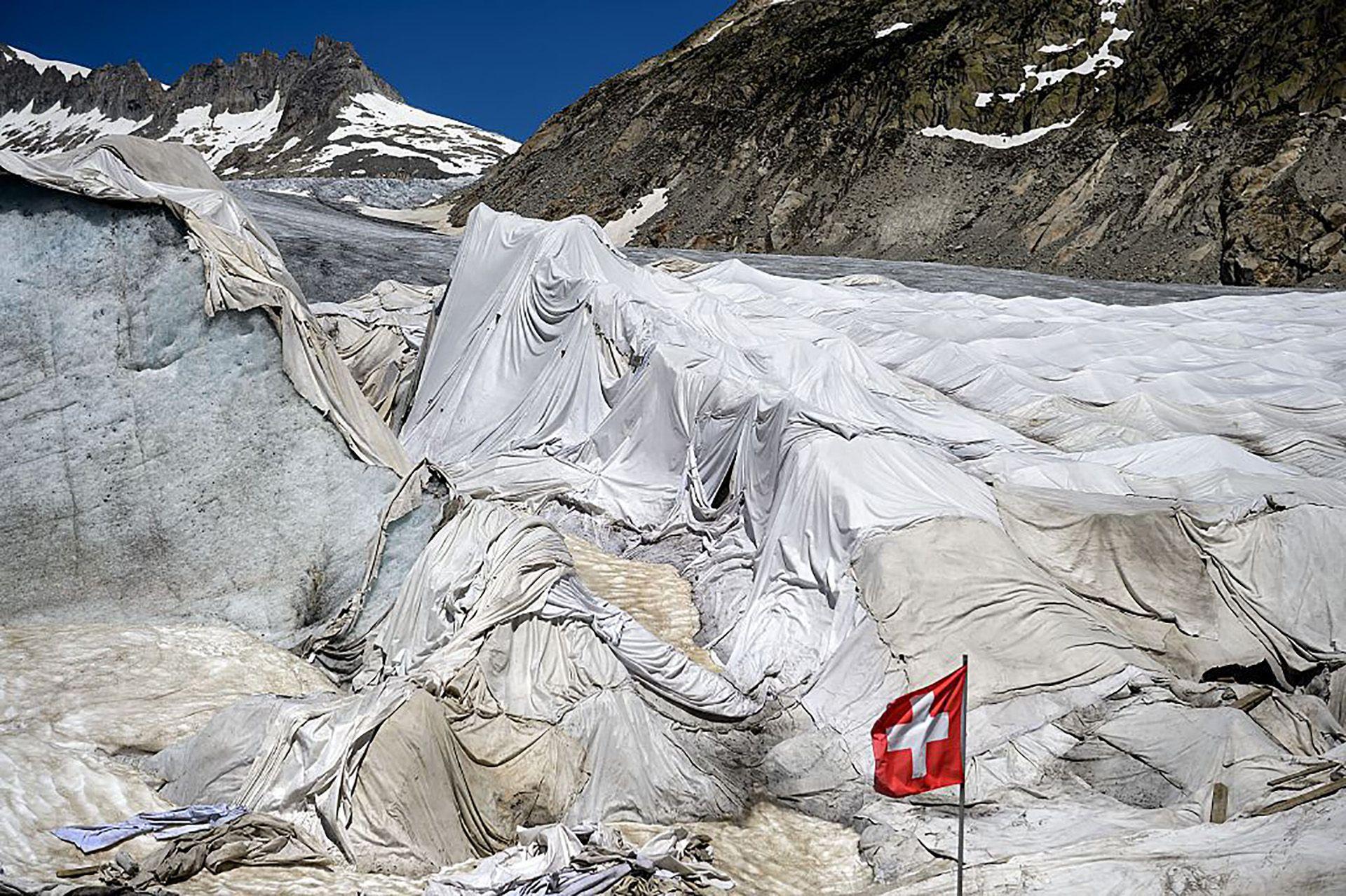 Cubren un glaciar con una enorme sábana para evitar que se derrita