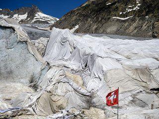 cubren un glaciar con una enorme sabana para evitar que se derrita
