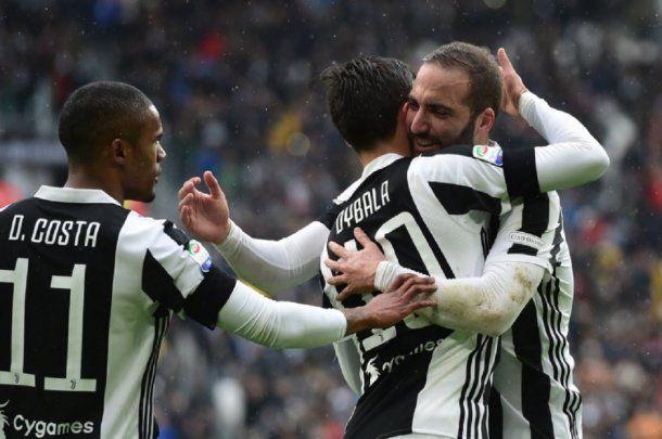 Festejo de Dybala e Higuaín en Juventus - Crédito: @ChampionsLeague