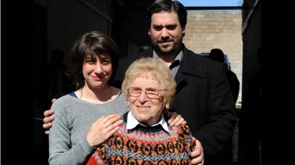 Rosa Roisinblit junto a sus nietos Mariana y Guillermo.