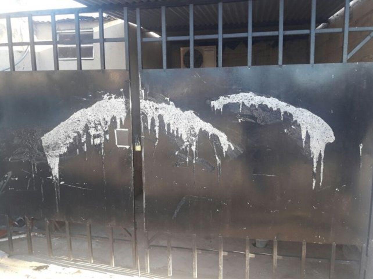 Su ex pareja le arrojado ácido al portón de su casa.