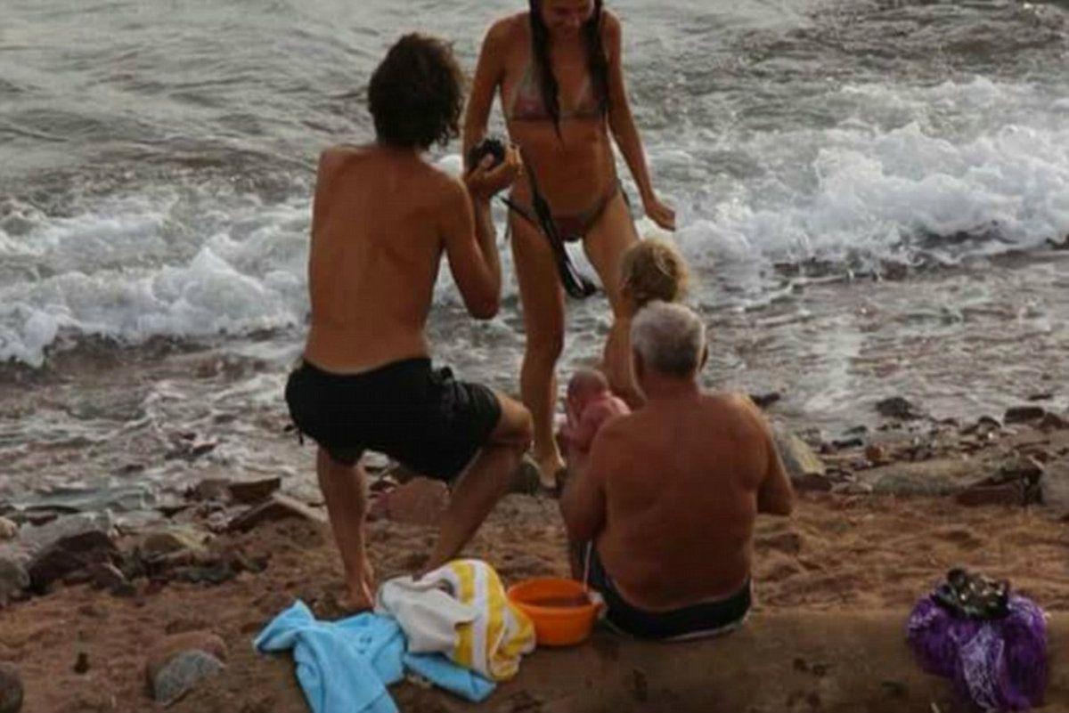 La mujer dio a luz en el mar y luego volvió a la orilla