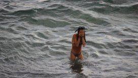 La mujer dio a luz en la playa, pero con la vigilancia de un médico